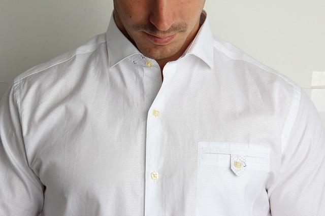 Co założyć pod prześwitującą koszulę?
